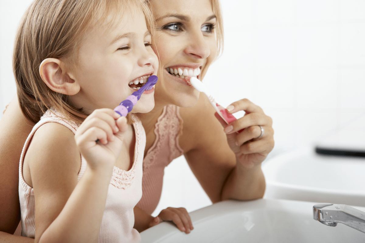 lavare i denti ai bambini